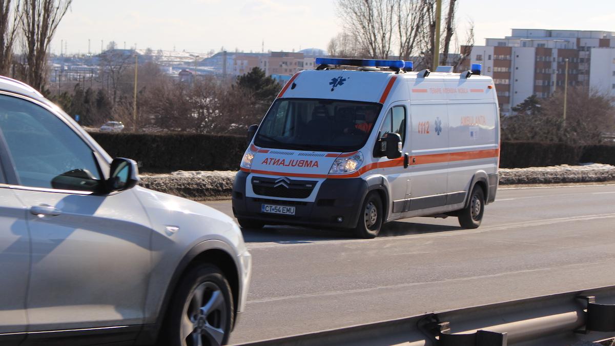 VIDEO Un mort și un rănit după ce un autoturism s-a răsturnat la ieșirea de pe A4, în apropiere de Valu lui Traian
