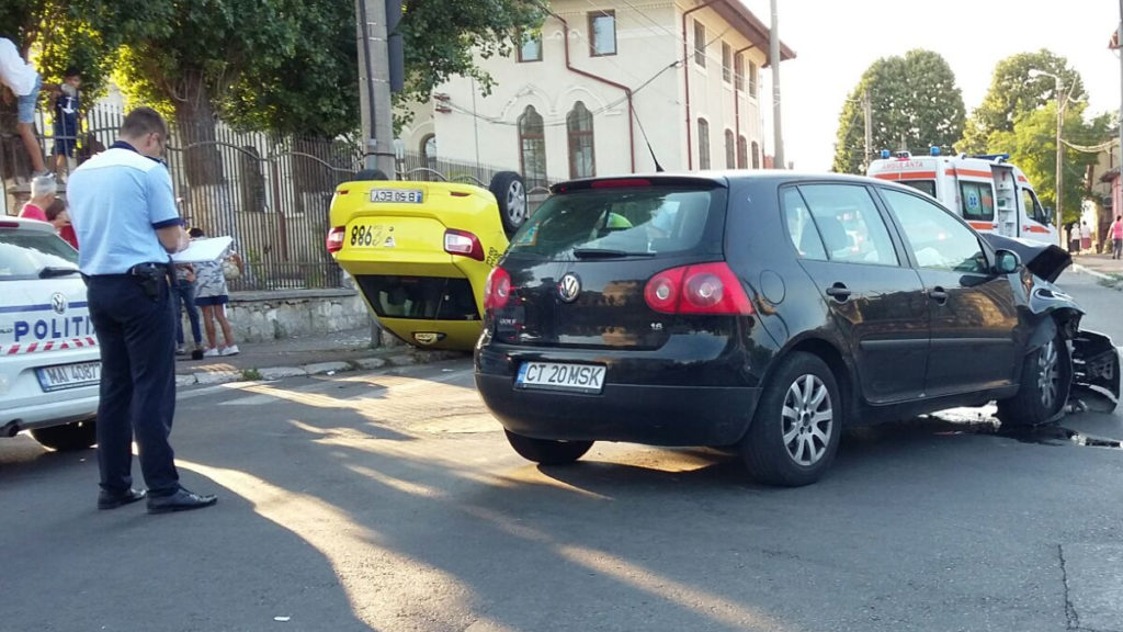 FOTO Taxi răsturnat în urma unui accident rutier: trei victime, dintre care un copil