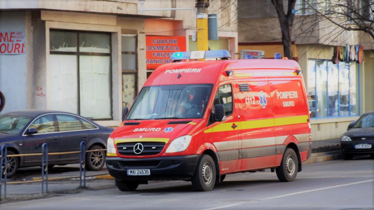 Un microbuz a călcat un bărbat întins pe carosabil în comuna Lumina. Victima a fost grav rănită