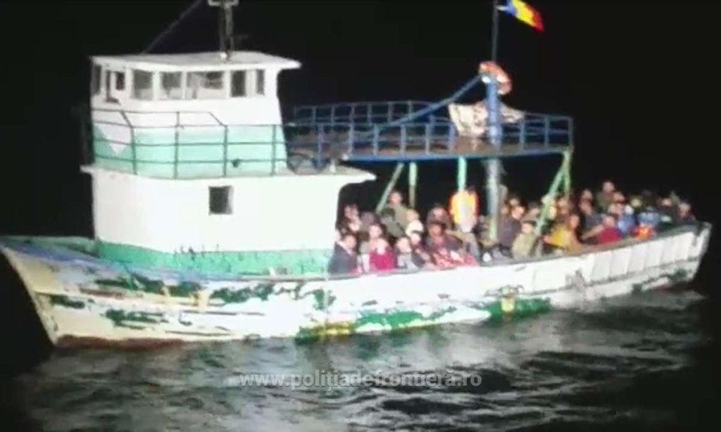 FOTO VIDEO O nouă ambarcațiune cu migranți depistată de Garda de Coastă în largul Mangaliei