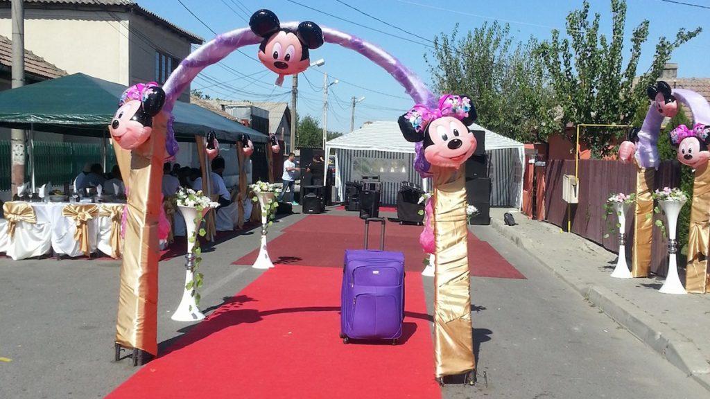 FOTO Nunțile de rromi de la Medgidia trec la următorul nivel. A apărut firma care îți blochează și amenajează… strada pentru nuntași