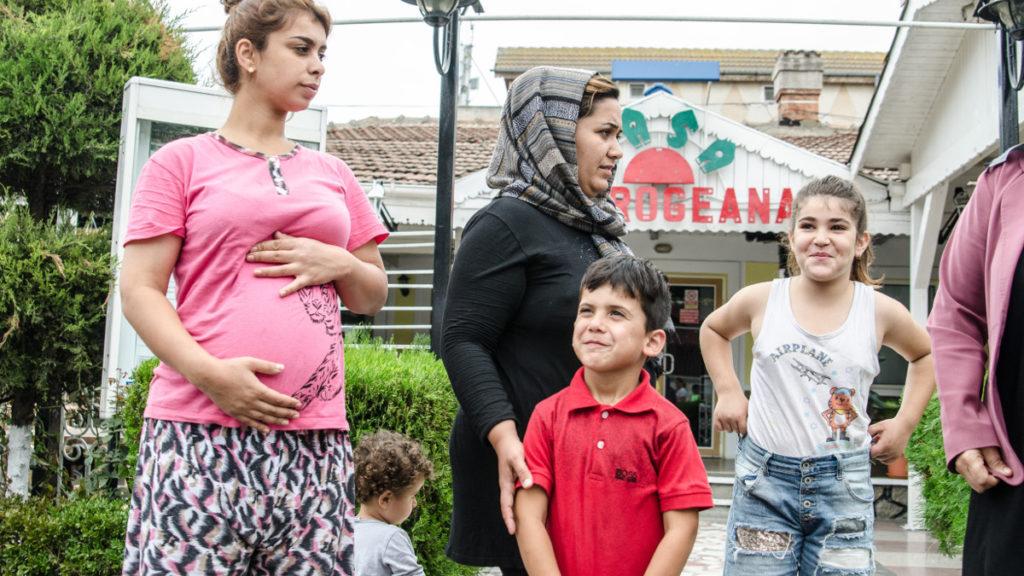 FOTO VIDEO 52 de migranți irakieni au fost cazați de autorități în Satul de Vacanță din Mamaia