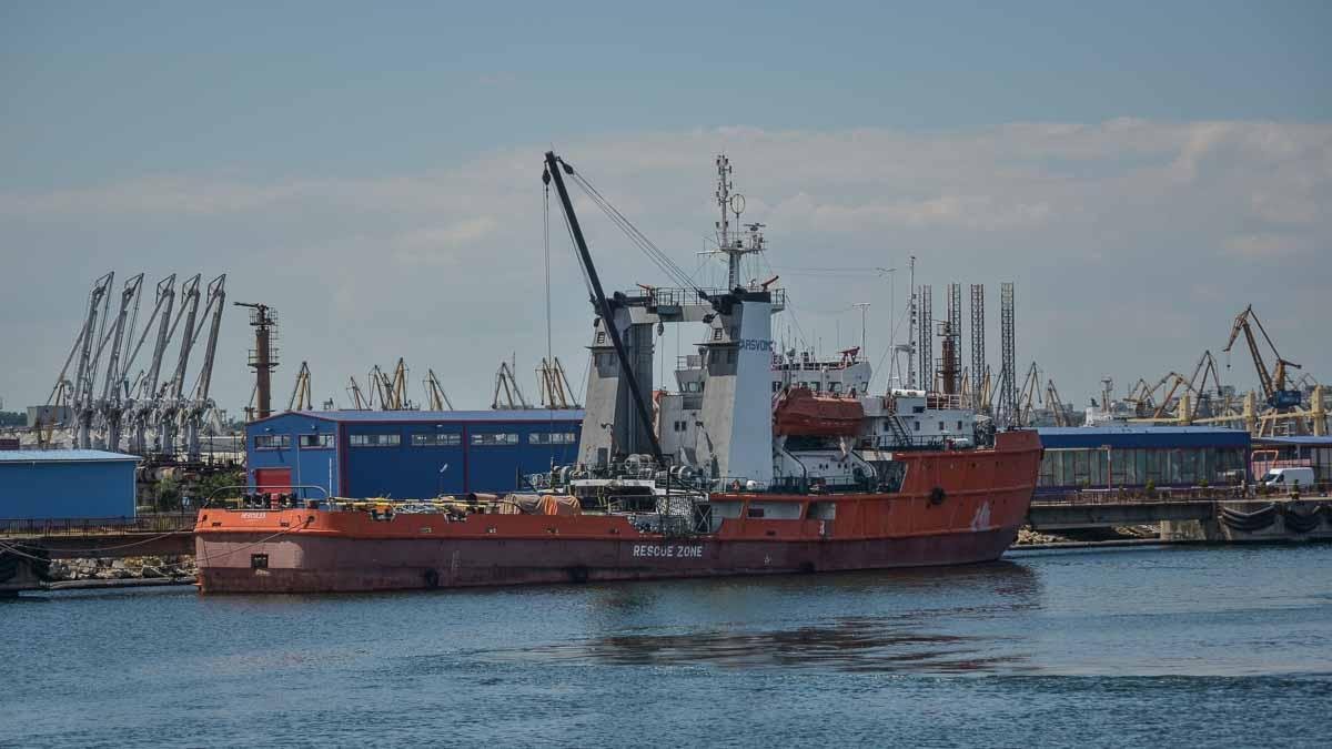 VIDEO Pescador cu cinci persoane la bord, dat dispărut în Marea Neagră: trei dintre membrii de echipaj, găsiți morți, aduși de valuri la mal