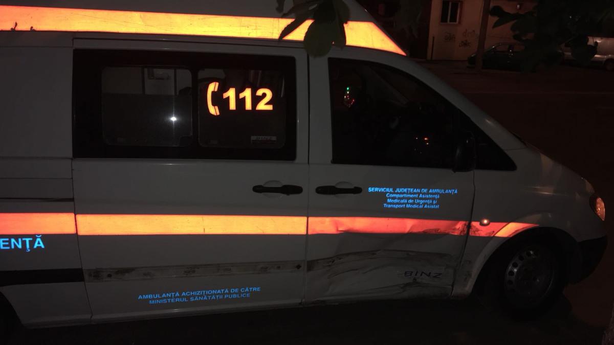 Doi polițiști, aflați în timpul liber, au fost răniți după ce au intrat cu mașina într-un copac, în Seimeni. Șoferul a condus în stare de ebrietate