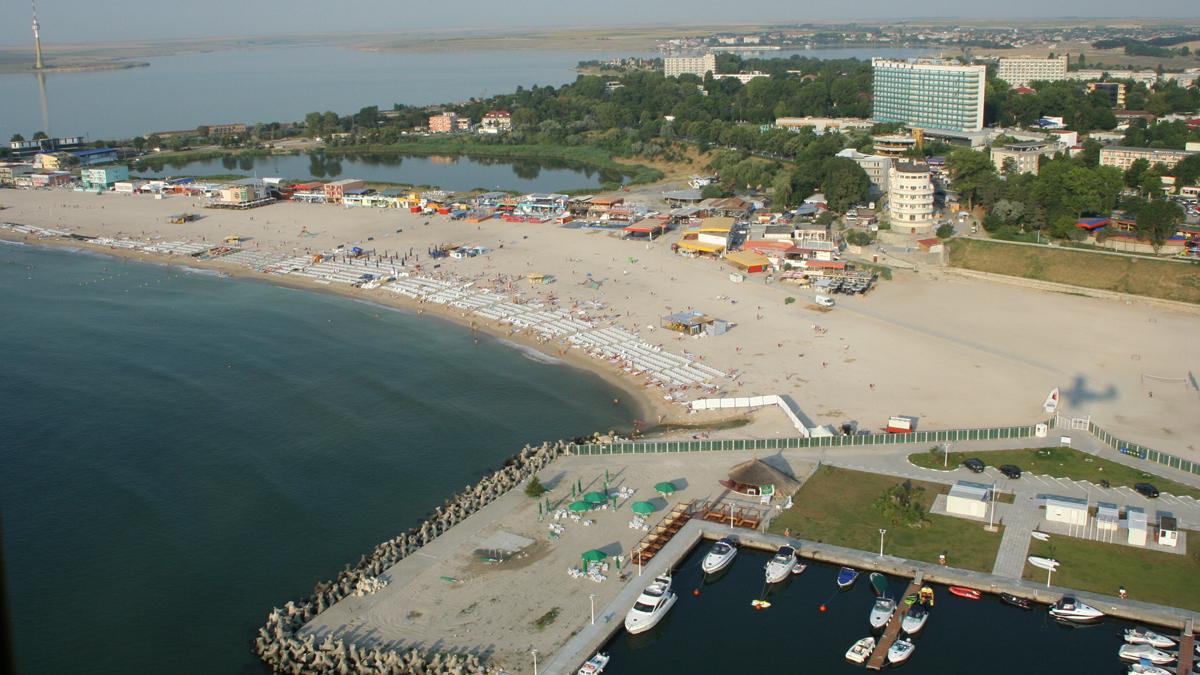 Turiști amendați pe o plajă din Eforie Nord pentru nerespectarea măsurilor de distanțare socială