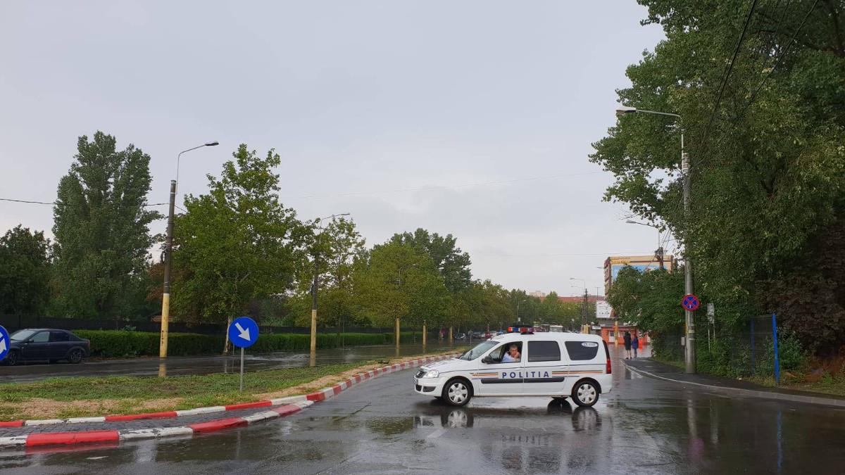 FOTO Circulație oprită pe DN 22, în Mihai Viteazu, după ce un camion a derapat și a blocat șoseaua