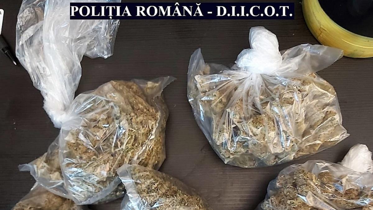 Percheziții la persoane bănuite de trafic de droguri. Trei bărbați au fost reținuți de procurorii DIICOT Constanța