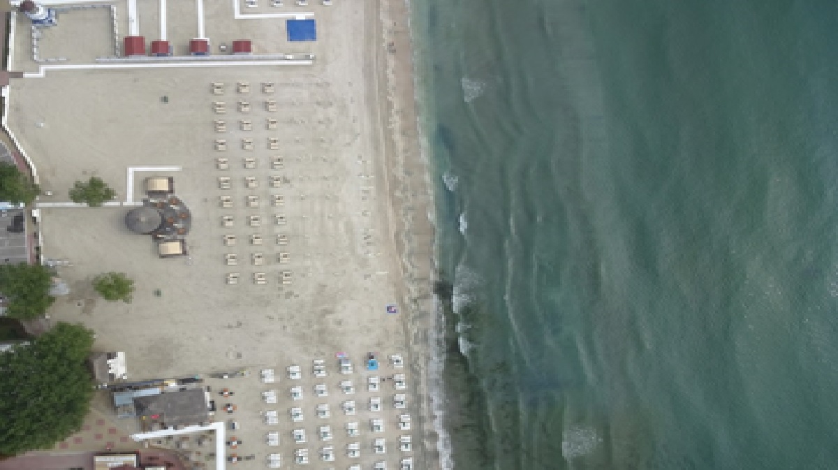 """Operatorii de plajă din Mamaia și Năvodari, """"vânați"""" cu drona dacă respectă suprafața destinată pentru cearșafuri"""