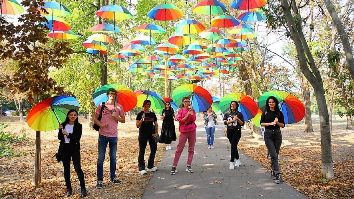 Toamnă colorată în Tăbăcărie: umbrelele multicolore s-au mutat din Piața Ovidiu pe o alee din parc
