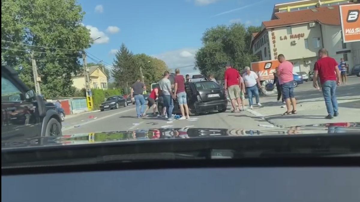 VIDEO Accident cu trei persoane rănite la intrarea în Valu lui Traian