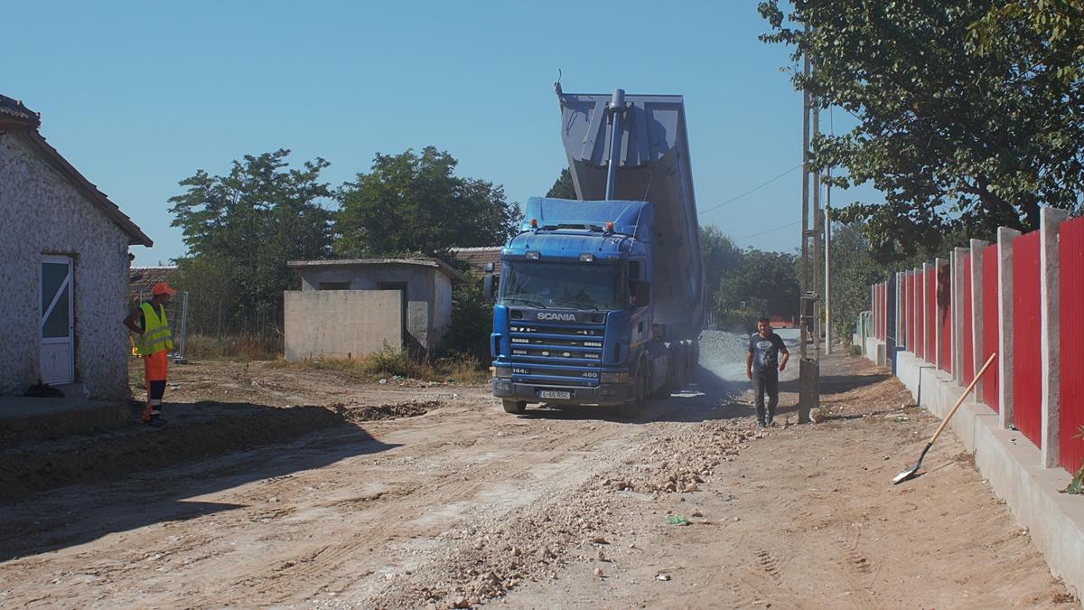 FOTO VIDEO Primăria din Seimeni finalizează, în această toamnă, proiectul prin care sunt asfaltați opt kilometri de drumuri comunale
