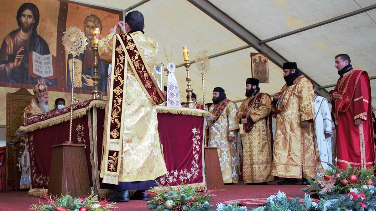 FOTO VIDEO Nici ploaia, nici ninsoarea, nici restricțiile autorităților nu i-au oprit pe români să vină la Marea Sărbătoare a Sfântului Andrei, Ocrotitorul României