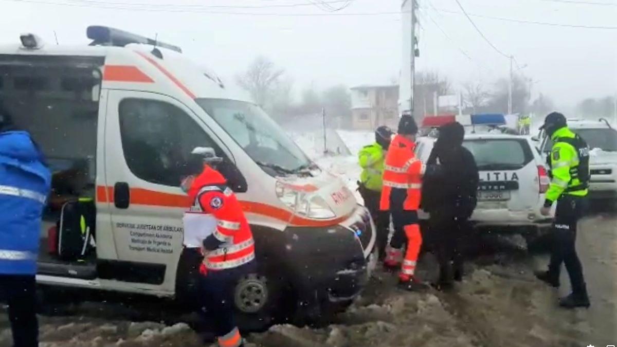 VIDEO Convoi format de polițiștii din Corbu pentru a ajuta o femeie însărcinată să ajungă la spital