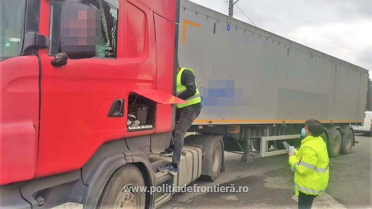 Autocamion cu 2,4 tone deșeuri din șpan și strunjiri feroase, oprit în punctul de frontieră de la Negru Vodă