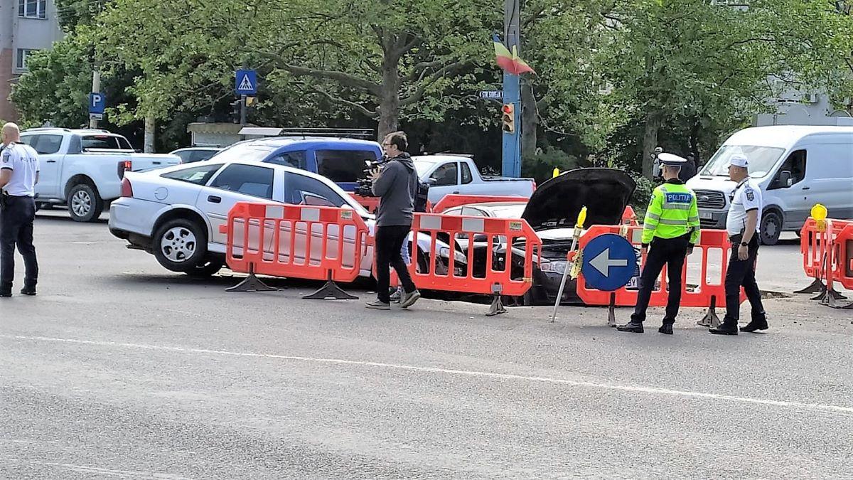 FOTO Accident rutier spectaculos în Tomis III: două autoturisme care s-au lovit, au căzut într-o groapă a RADET