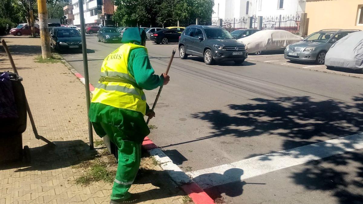 Angajații Polaris M Holding au curățat mizeria scoasă pe străzile Constanței de ploile din ultimele zile
