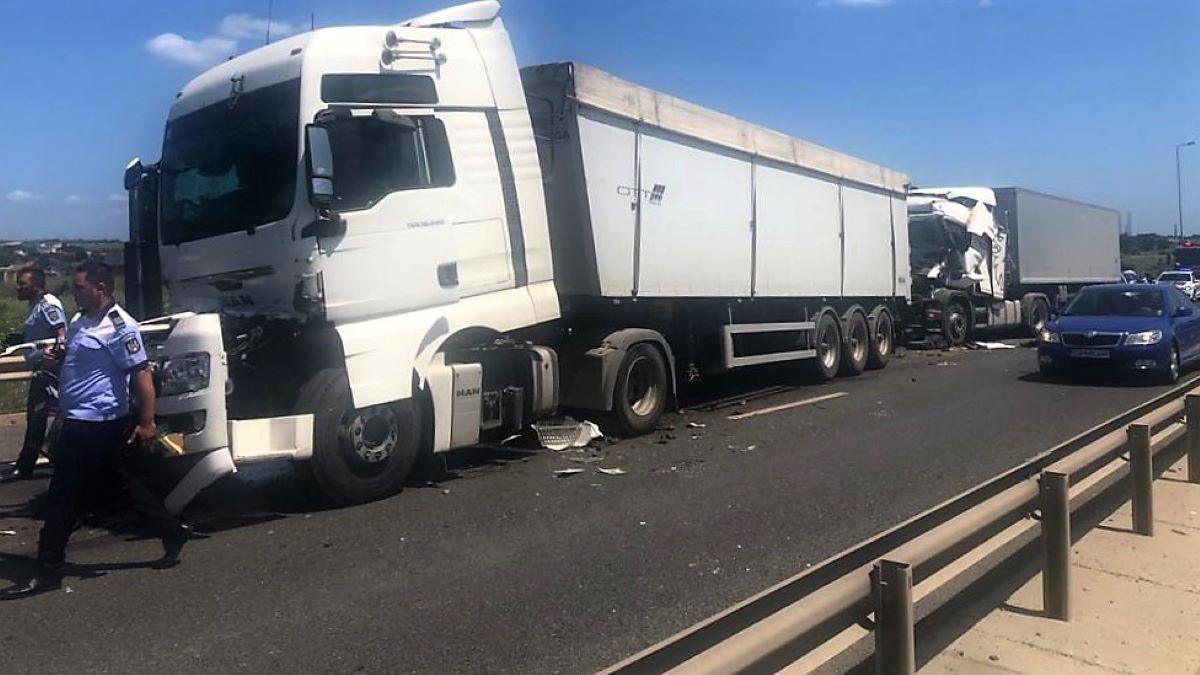 FOTO Trafic restricționat pe A4 Ovidiu – Agigea în urma unui accident în care au fost implicate trei TIR-uri