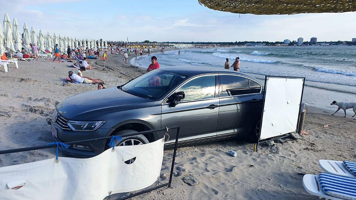 FOTO VIDEO Turist amendat cu 10.000 de lei după ce a intrat cu mașina pe o plajă din Saturn