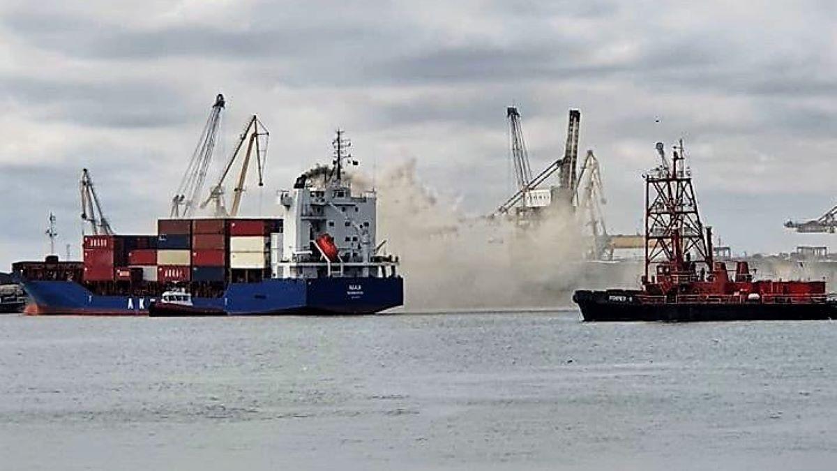 FOTO VIDEO Alertă în Portul Constanța: incendiu la bordul unei nave purtătoare de containere. UPDATE