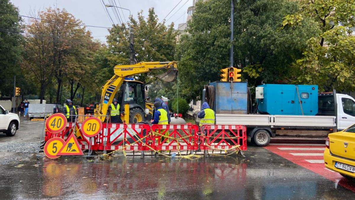 FOTO VIDEO Lucrările RAJA de înlocuire a conductei de alimentare cu apă de la intersecția străzilor Mircea cel Bătrân cu Nicolae Iorga se desfășoară conform graficului